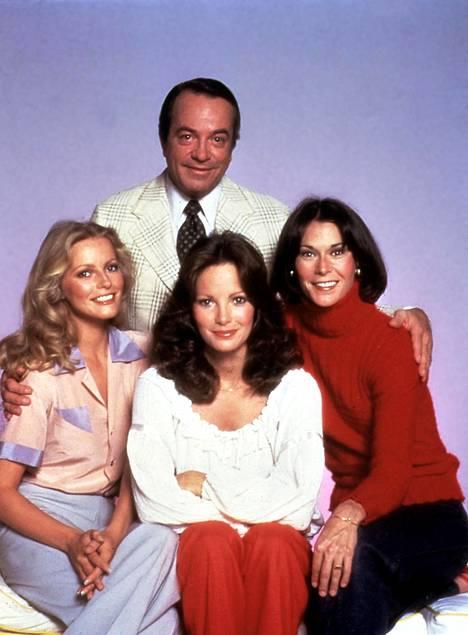 Charlien enkelit Cheryl Ladd, Jaclyn Smith ja Kate Jackson poseeraavat David Doylen kanssa