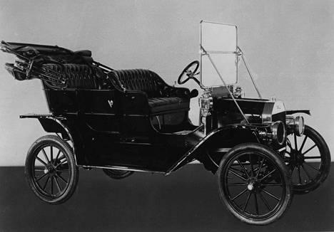 T-Ford esiteltiin lokakuussa 1908. Toukokuun 26. päivänä 1927 tuotantolinjalla kirjattiin T-Fordien kohdalla lukema 15 miljoonaa.