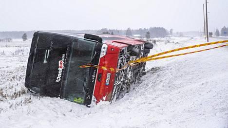 Onnibusin linja-auto suistui kyljelleen ojaan valtatie 8:lta Porissa.