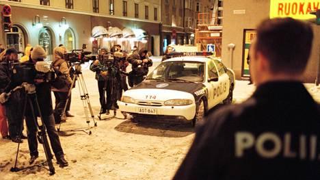 """30-vuotias nainen tuli Albertinkadun ampumaradalle ja surmasi kolme miestä 9 mm:n Berettalla – asianajaja luonnehti 20 vuotta sitten tapahtunutta veritekoa """"täysin sairaan ihmisen teoksi"""""""