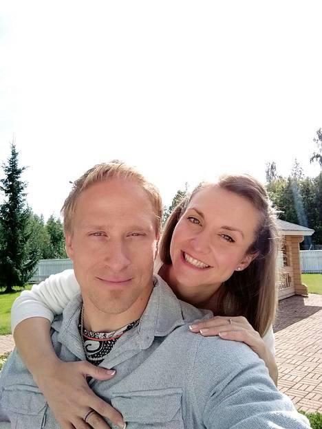 Leo-Pekka Tähti kertoo tapaamisestaan Merche-rakkaansa (oik.) kanssa myös painotuoreessa elämäkerrassaan.