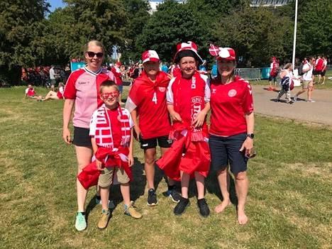 Maiken, Lisa, Christoffer, Villads ja Anton saapuivat Parkenille katsomaan Tanskan peliä lauantain tragedian jälkeen.