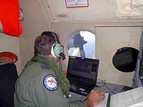 Australian ilmavoimat julkaisi kuvan AP-3C Orion -koneesta, joka osallistuu etsintöihin.