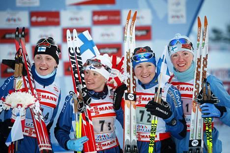 Riitta-Liisa Roposen (toinen vas.) pitkän kansainvälisen uran kohokohtiin kuuluu 3. osuuden vieminen, kun Suomi voitti viestin MM-kultaa Sapporossa 2007.