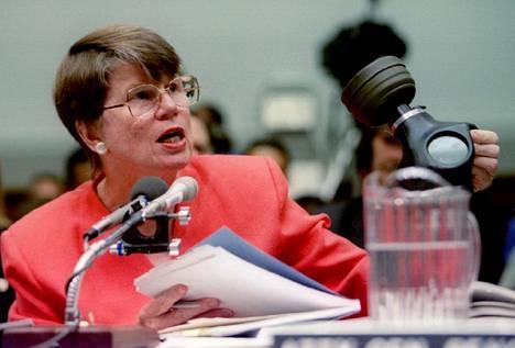 Tutkijoille todistanut oikeusministeri Janet Reno esitteli kaasunaamaria, jollaisia lahkolaiset olivat käyttäneet kyynelkaasua vastaan.