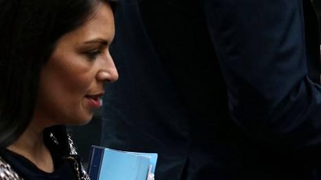 Brittihallitus ja tiukalla maahanmuuttopolitiikalla profiloitunut sisäministeri Priti Patel ovat pohtineet keinoja hillitä siirtolaismääriä kanaalin yli.