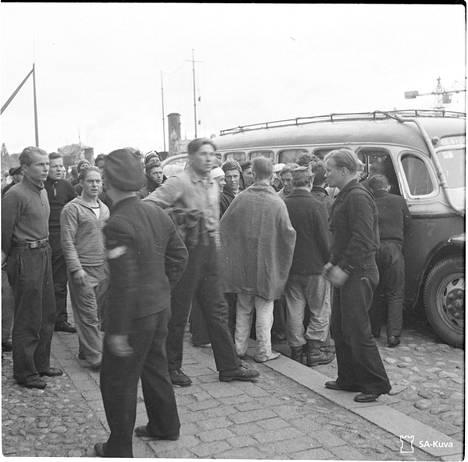 Ilmarisen pelastuneita Turun satamassa turmaa seuraavana aamuna 14. syyskuuta 1941. Lauri Pätäri kuvan keskellä huopa kainalossaan odottamassa linja-autokyytiä Heikkilän kasarmille.