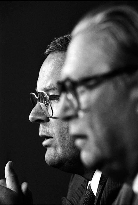 Valtion osuutta Wärtsilä Marinen pelastamisoperaatiossa selvittivät kauppa- ja teollisuusministeri Ilkka Suominen (takana) ja kansliapäällikkö Bror Wahlroos.