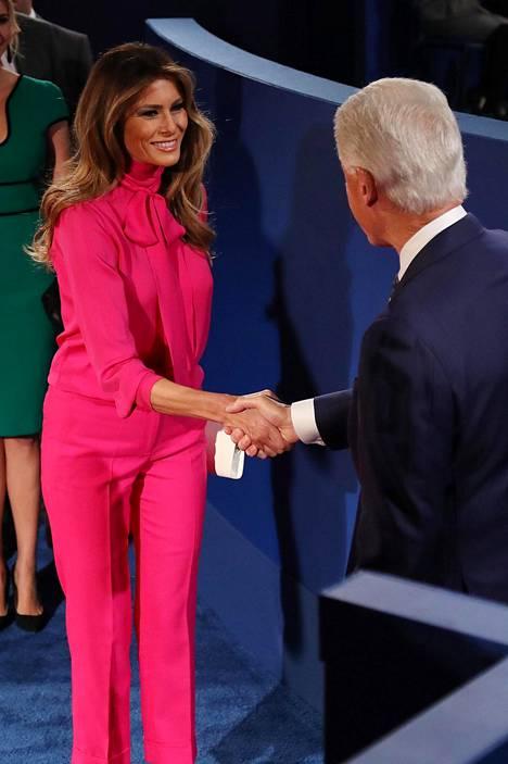 Melania edusti lokakuussa 2016 pinkissä housuasussa.