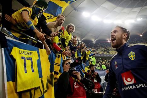 Pontus Jansson juhli voittoa fanien kanssa.