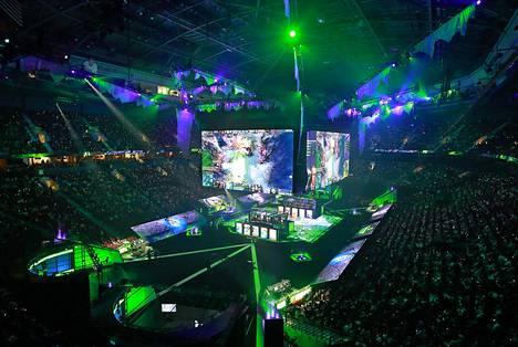 Rogers Arenalla oli tupa täynnä. Joukkueet pelasivat pienissä lasikopeissa jättinäyttöjen alla.