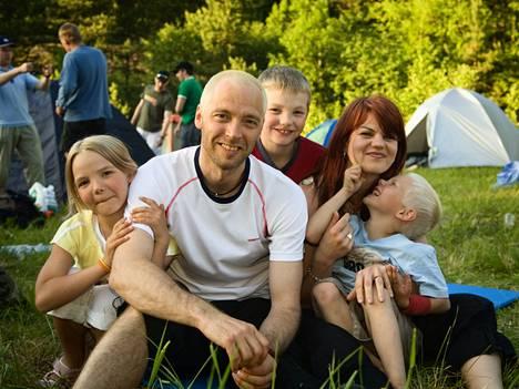 Kuvassa Myllylän perhe vuonna 2006. Mika ja Suvi Myllylä sekä lapset Olivia (vas), Benjami (kesk) ja Wiljami (oik).