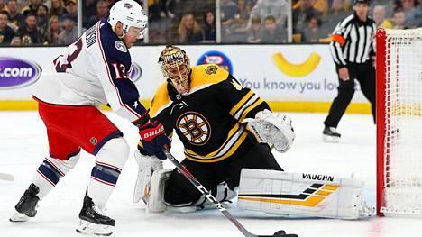 Columbus Blue Jacketsin Cam Atkinson yrittää ohittaa Boston Bruinsin suomalaismaalivahdin Tuukka Raskin.
