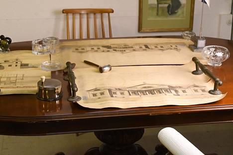 Pahvisista putkista (yksi kuvan alareunassa) löytyivät tarkat piirustukset Kiiskilän kartanon fasadista, takajulkisivusta ja yksi piirustus myös sivusta. Vuodelle 1899 päivätyt piirustukset Huutokauppahuone Aleksin pöydällä ennen paluuta Viipuriin.