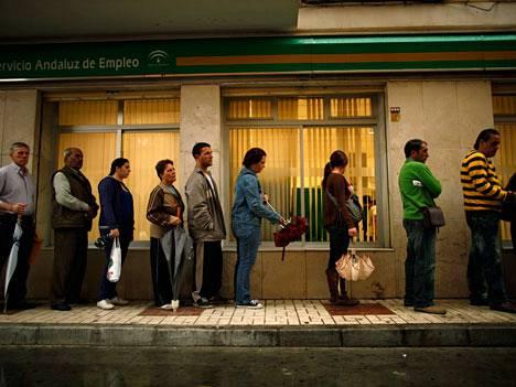 Espanjalaiset jonottavat töitä Malagassa. Maan työttömyysaste on noussut yli 21 prosentin.