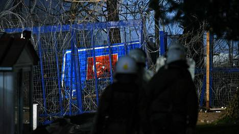 Mellakkapoliiseja Kreikan ja Turkin välisellä rajalla 12. maaliskuuta 2020.