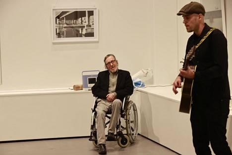 Maijanen kuunteli Vihtori-poikansa esiintymistä jalalla rytmiä rummuttaen.