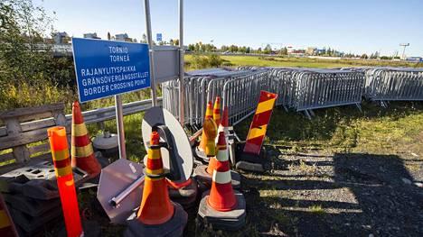 Rajaesteet poistettiin Tornion rajanylityspaikalta vasta viikko sitten. Nyt ne on tuotu takaisin.