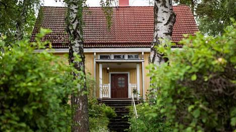 Maija Vilkkumaan ja Mikko Kososen talo sijaitsee Helsingin Käpylän puutaloalueella.