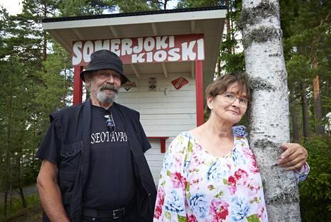 Baddingin nuoruudenkaveri Rauli Tanskanen (vas.) ja pikkusisko Mailis Niemelä toimivat näytelmässä kertojina.