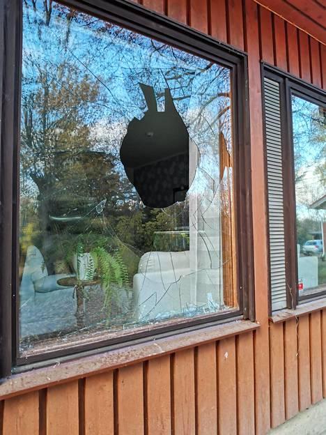 Olohuoneen ikkunassa oli iso reikä.