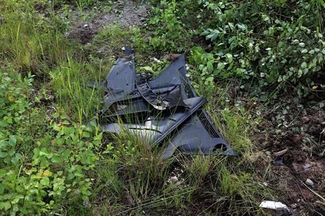 Onnettomuuspaikalla oli vielä maanantaina auton romua.