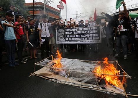 Manilan keskustassa järjestetyssä mielenosoituksessa poltettiin Ferdinand Marcosia esittävä nukke.