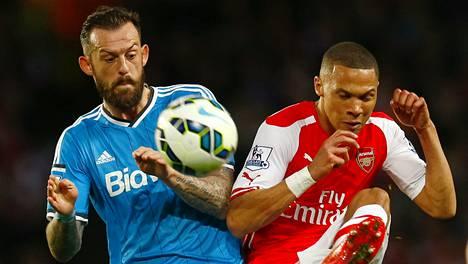 Sunderlandin Steven Fletcher ja Arsenalin Kieran Gibbs kamppailivat tasaväkisesti.
