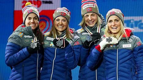 Norjalaistähti Astrid Uhrenhold Jacobsen (toinen oik.) on saavuttanut urallaan lukuisia arvokisamitaleja. Kuvassa Jacobsen MM-hopeaa saavuttaneen Norjan viestijoukkueen kanssa Seefeldissä 2019.