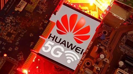 Huawein asema etenkin uusissa 5g-verkoissa huolettaa monia. Amerikkalaisten mukaan yhtiö pystyy vakoilemaan verkkoja. Huawei puolestaan syyttää amerikkalaisia pitkän linjan nuuskinnasta.