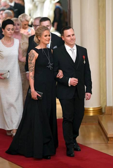 Lumilautatähti Matti Suur-Hamarin avopuoliso Ronja Rajala asteli Linnaan simppelin elegantissa, tummansinisessä iltapuvussa.