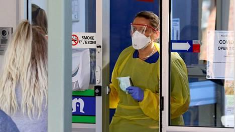 Hoitaja puhui potilaan kanssa adelaidelaisen sairaalan koronavirusklinikalla viime viikolla.