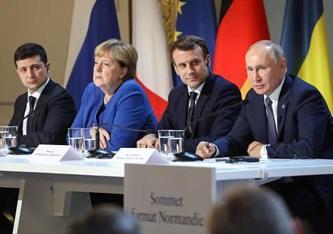 Ukrainan presidentti Volodymyr Zelensky, Saksan liittokansleri Angela Merkel, Ranskan presidentti Emmanuel Macron ja Venäjän presidentti Vladimir Putin tiedotustilaisuudessa Pariisissa tapaamisensa jälkeen.
