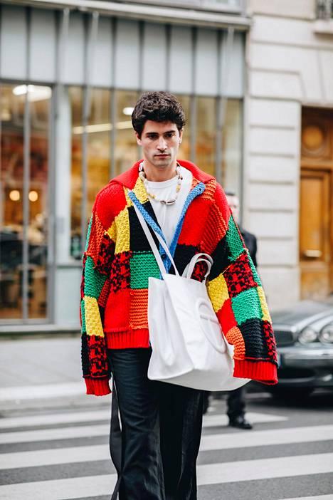 Neuletakki on myyty jo loppuun. Sen hinta oli noin 1400 euroa. Neuletakkityyli Pariisin miesten muotiviikoilta tammikuulta.