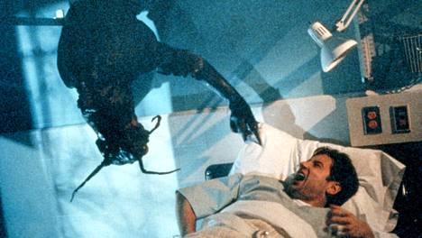 Hyönteishirviön takia Fox Mulderia epäiltiin hulluksi ja agenttiparka toimitettiin sairaalaan.
