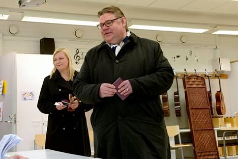 Perussuomalaisten puheenjohtaja Timo Soini ja puoliso Tiina äänestivät Iivisniemen koululla, Espoossa.