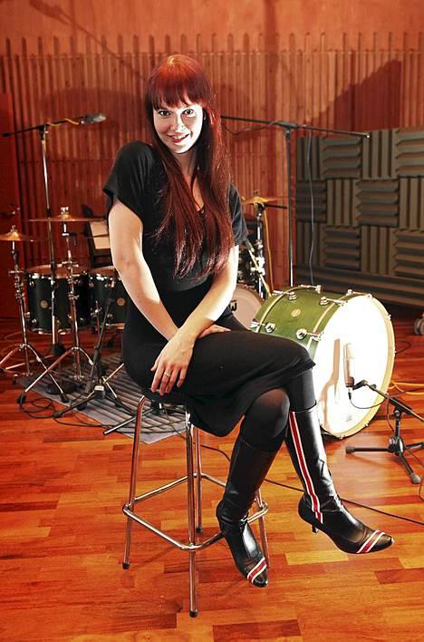 Johanna Kurkela levytysstudiolla vuonna 2010.