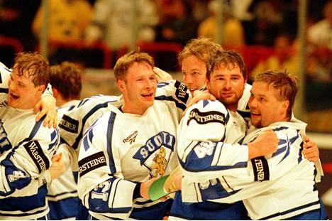 Kultaisia tunnelmia Tukholmassa 1995. Kuvassa vasemmalta kultaleijonat Erik Hämäläinen, Marko Palo, Janne Ojanen, Mika Nieminen ja Timo Jutila.