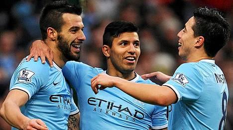 Manchester Cityn Alvaro Negredo, Sergio Aguero ja Samir Nasri juhlivat Cityn viidettä osumaa Tottenhamia vastaan.