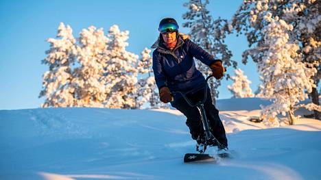 Snowbikella voi laskea kaikkialla, missä voi lasketellakin. Katja Oikarisen mukaan snowbike toimii suksia paremmin myös puuterilumessa.