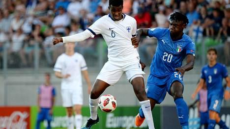 Tulevat tähdet vastakkain. Suomen Abukar Mohamed ja Italian Moise Kean taistelivat pallosta maanantaisessa EM-ottelussa.