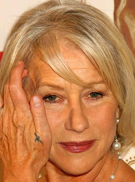 Helen Mirrenillä on kädessään pieni tatuointi.