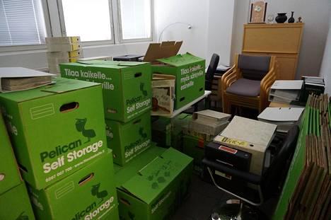 Yhden työntekijän huone toimii väliaikaisena varastona veden alta pelastetuille laatikoille ja mapeille.