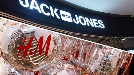 Dokumentti kertoo H&M:n ja muun muassa Jack & Jones -ketjun toimittavan runsaasti uusia vaatteita poltettavaksi.