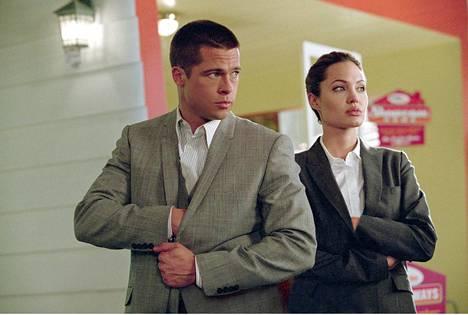 Vuonna 2005 valmistunut Mr. & Mrs. Smith kertoo naimisissa olevien ammattitappajien aviokriisistä.