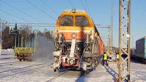 """Pietarin takaa Vainikkalan kautta Suomeen ajettu SM-7 """"Lumensyöjä"""" valmistautui näyttämään tehojaan Kontiolahdella. Lokakuun rautateiden talvikunnossapito lähtee liiketoimintastrategiasta, että matkustajajunat ajetaan aikataulun mukaan."""