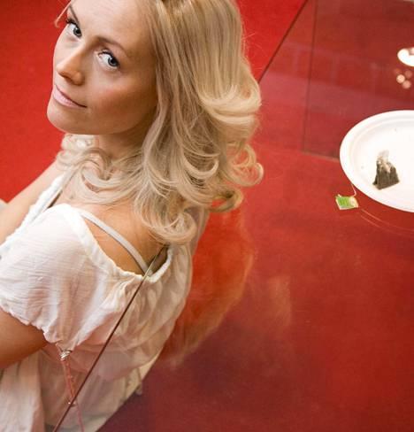 Anne Kukkohovi juontohommissa Suomen huippumalli haussa -ohjelmassa.