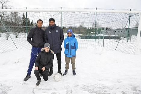 HJK:n Enoch Banza Pukinmäen kentällä. Sinisessä takissa pikkuveli Baptiste. Kuvassa mukana myös Osman ja Samy.