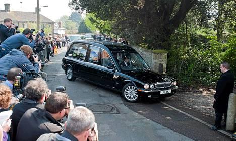 Peaches Geldofin arkku tuotiin paikalle. Runsaasti ihmisiä oli saapunut kirkon eteen.