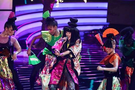 Lauantaina nähdyssä Japani-teemaisessa esityksessä Saara Aalto esitti Girls Aloudin kappaleen Sound of the Underground.